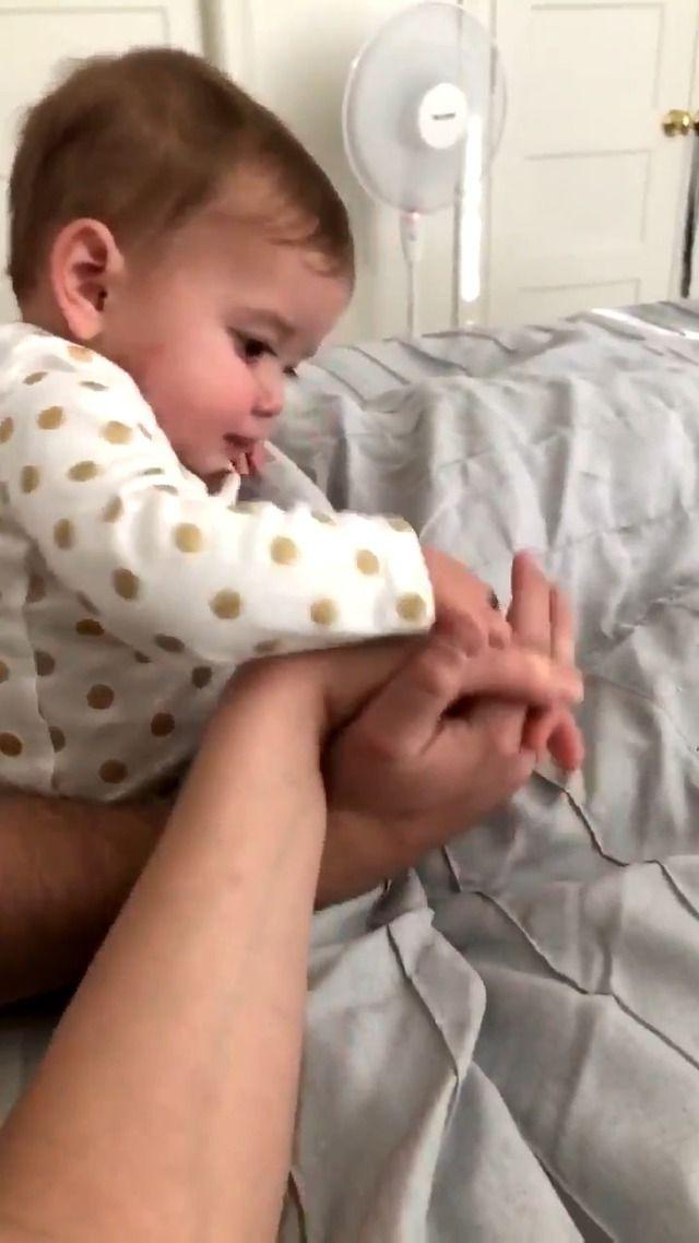 image bebe-veut-pas-touche-main-pere