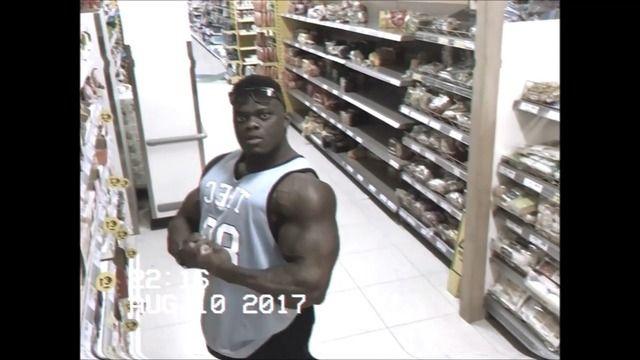 image bodybuildeur-admire-camera-surveillance