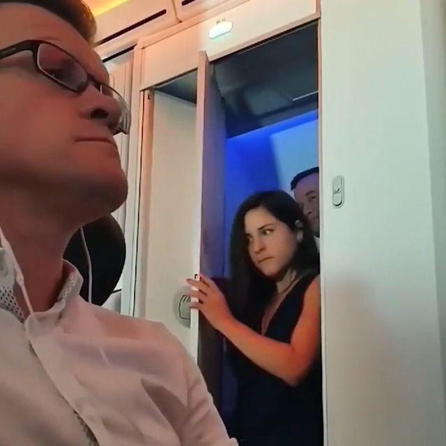 image deux-passagers-toilettes-avion