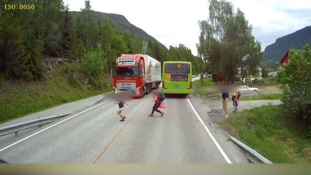 image enfant-2-metres-ecraser-camion