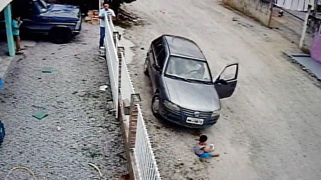image enfant-indemne-voiture-roule-dessus