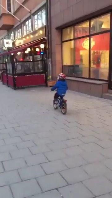 image enfant-perturbe-pub-sexy-camionnette