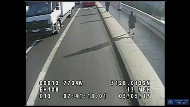 image joggeur-pousse-femme-devant-bus