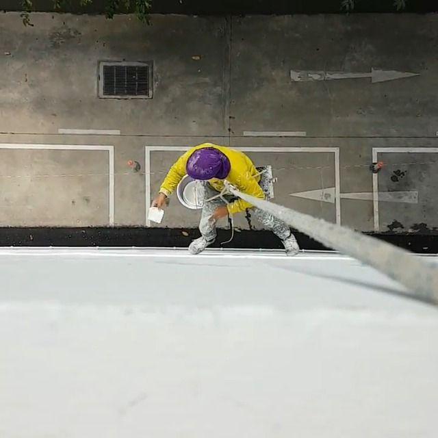 image ouvrier-suspendu-seau-ciment