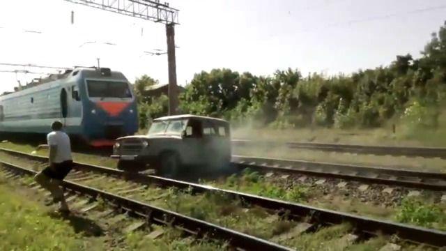 image train-pulverise-voiture-coincee-voie-ferree