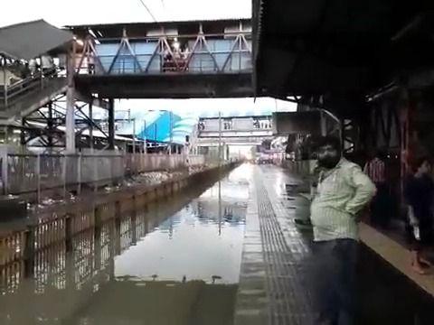 image train-traverse-gare-inondation-mumbai