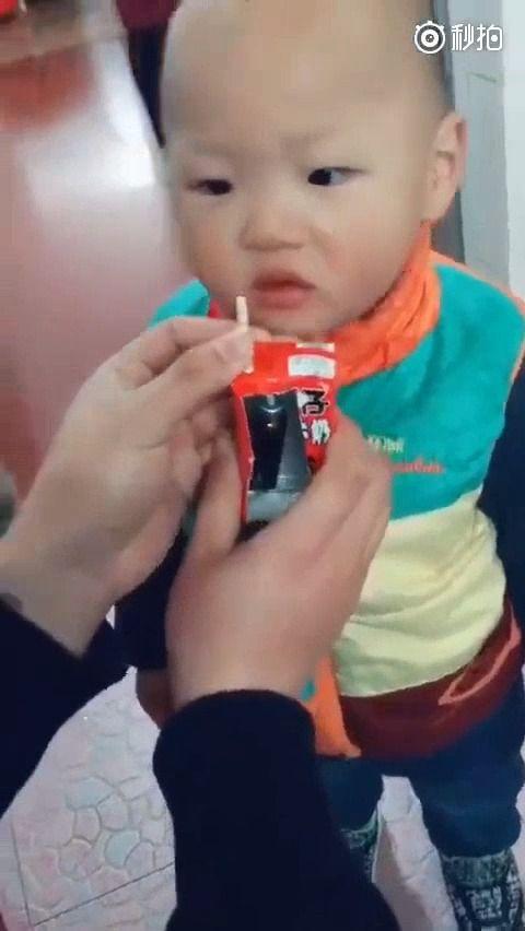 image enfant-piege-boire-medicament-brique-jus