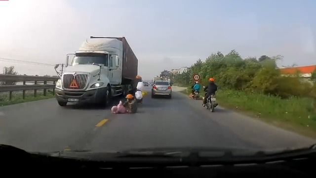 image maman-sauve-bebe-ecraser-camion