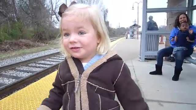 image petite-fille-adore-train