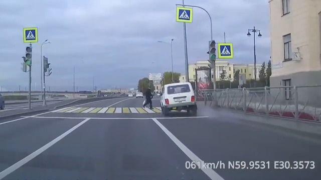 image pieton-traverse-feu-rouge-accident