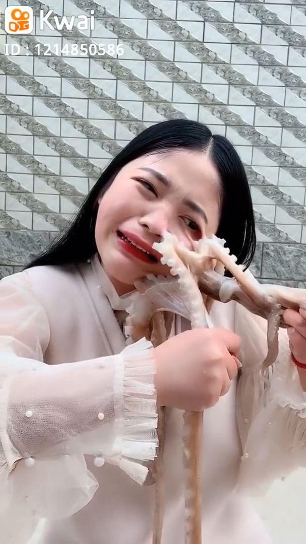 image poulpe-visage-femme-manger