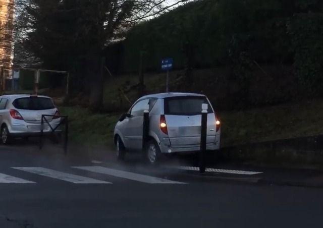 image voiture-sans-permis-bloquee-trottoir