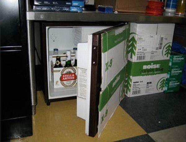 cacher un frigo sur le lieu de travail. Black Bedroom Furniture Sets. Home Design Ideas