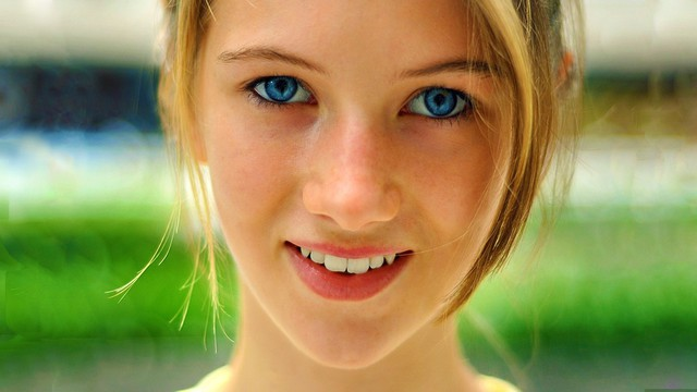 fille-aux-yeux-bleus-sourire