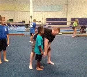 enfants-salto-tirer-jambe
