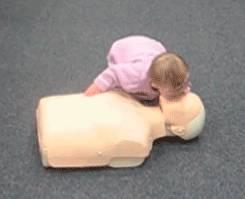 bebe-qui-donne-les-premiers-secours