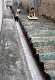 enfant-glisse-planche-escaliers