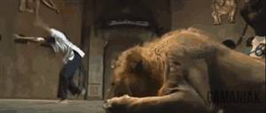 lion-attaque-danseuse
