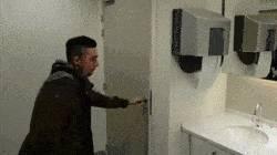 sortir-toilettes-publiques-sans-toucher-poignee