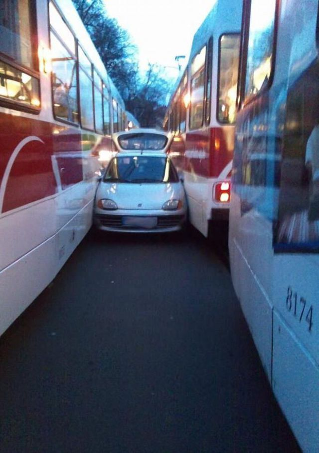 voiture-prise-sandwich-entre-2-bus