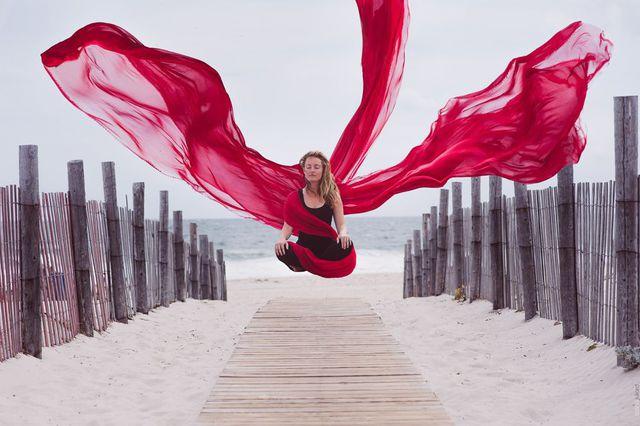 femme-voile-rouge-leviter