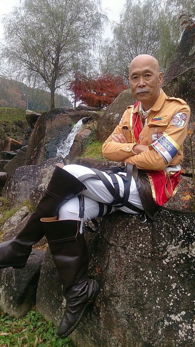 homme-64-ans-cosplay-attack-titans