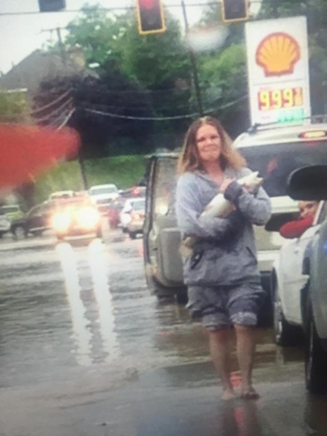 femme-attrape-poisson-inondations