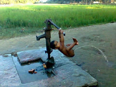 pompe-eau-manuelle-enfant-pipi