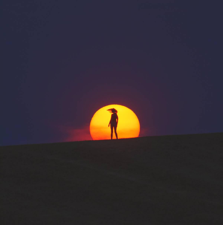 La Silhouette Dune Fille Devant Un Coucher De Soleil