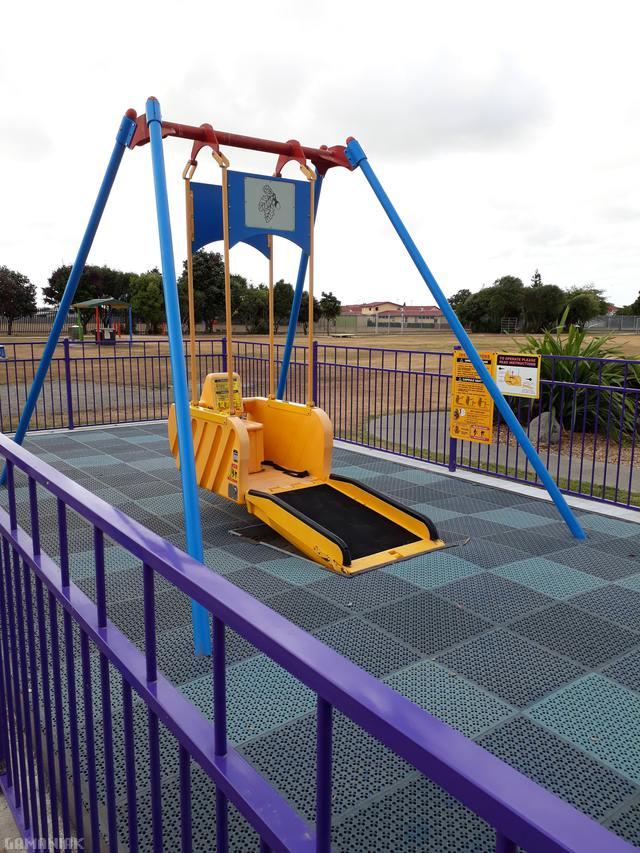 balancoire-pour-enfants-fauteuil-roulant