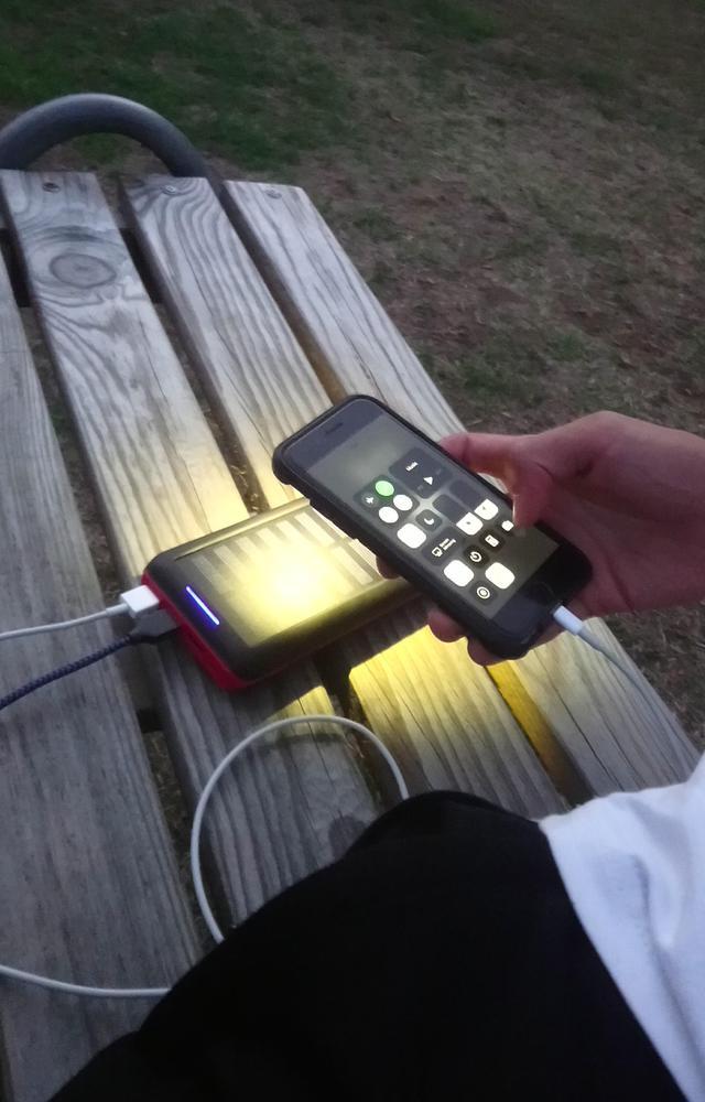 energie-renouvelable-chargeur-solaire-lampe-torche-smartphone