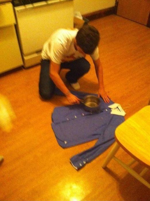 repasser sa chemise avec une casserole. Black Bedroom Furniture Sets. Home Design Ideas