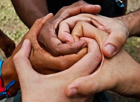 plusieurs-mains-forment-spirale