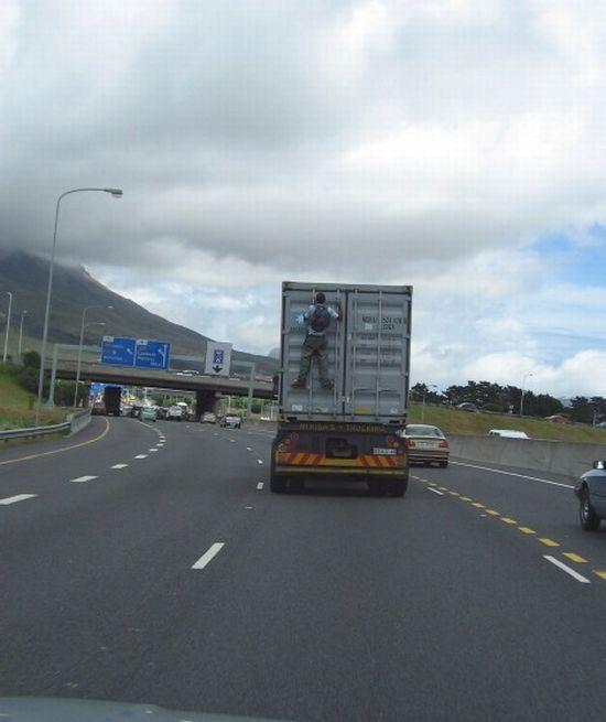 passager-clandestin-derriere-camion