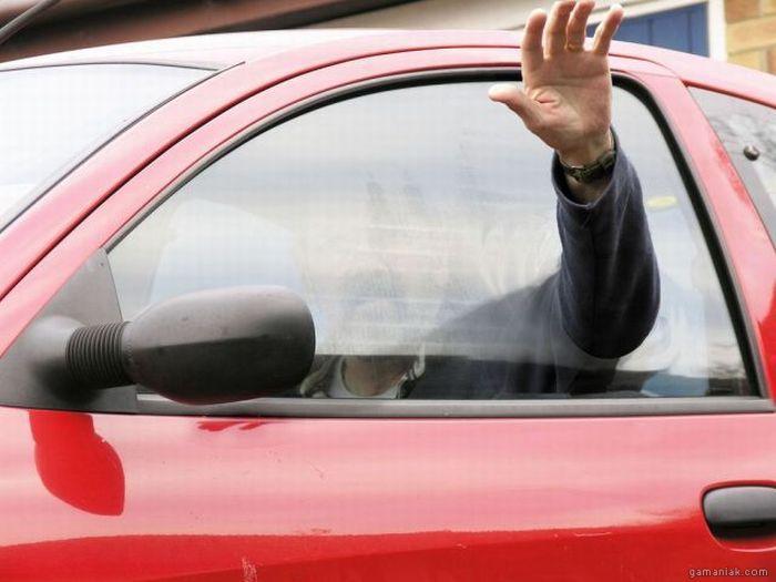 main-travers-vitre-voiture