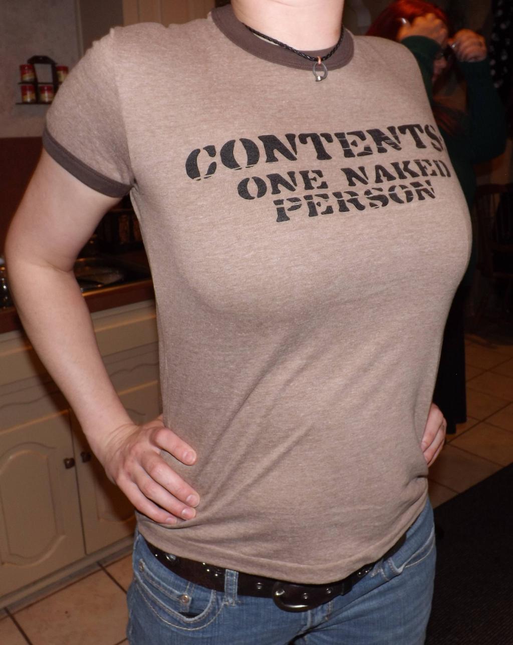 tshirt-contient-une-personne-nue