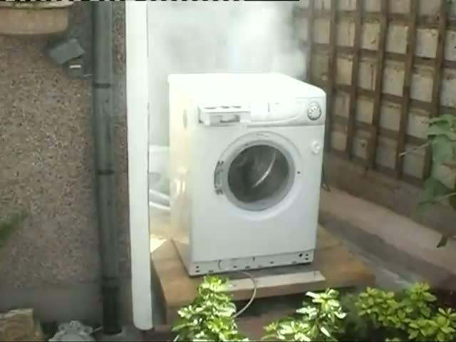 Une brique dans une machine laver - Vider machine a laver demenagement ...