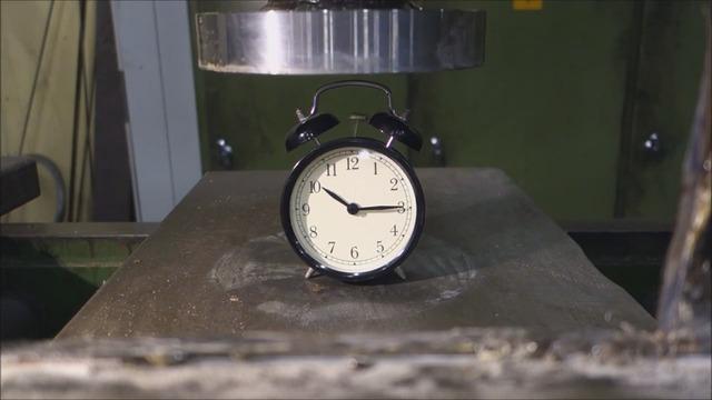 ecraser un r veil avec une presse hydraulique. Black Bedroom Furniture Sets. Home Design Ideas