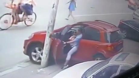 une femme utilise son pied pour arr ter sa voiture. Black Bedroom Furniture Sets. Home Design Ideas