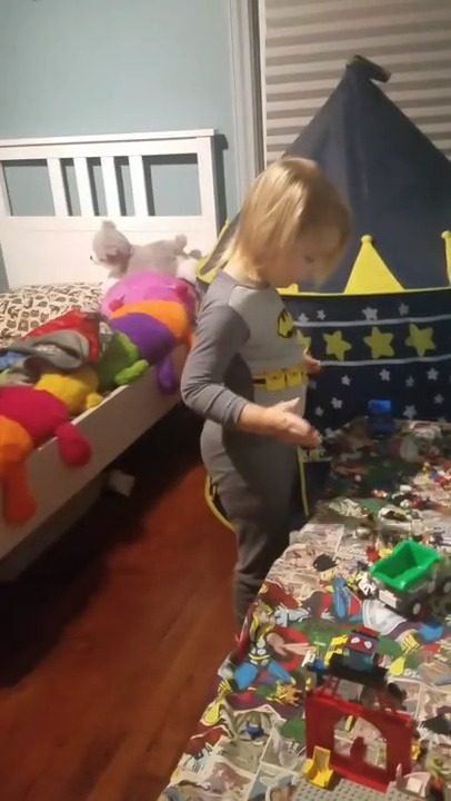 Une Maman Fait Peur Son Enfant Dans Sa Chambre