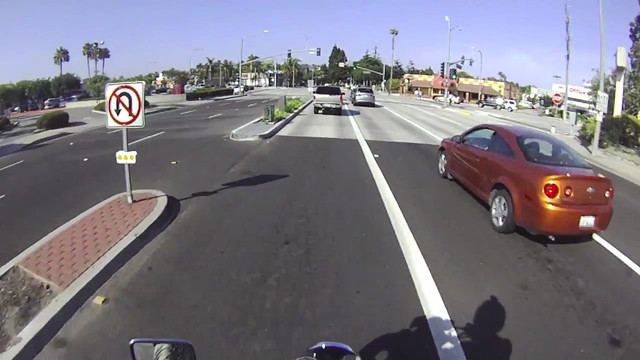 un motard fait peur un automobiliste qui a grill un feu rouge. Black Bedroom Furniture Sets. Home Design Ideas
