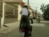Une moto sur un dos d'âne et le passager s'envole
