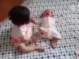 Une petite fille calme un bébé qui pleure