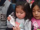 Une petite fille et son tour de magie avec un mouchoir